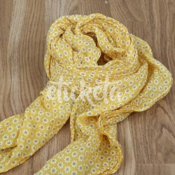 Pañuelo estampado florecitas en tono amarillo