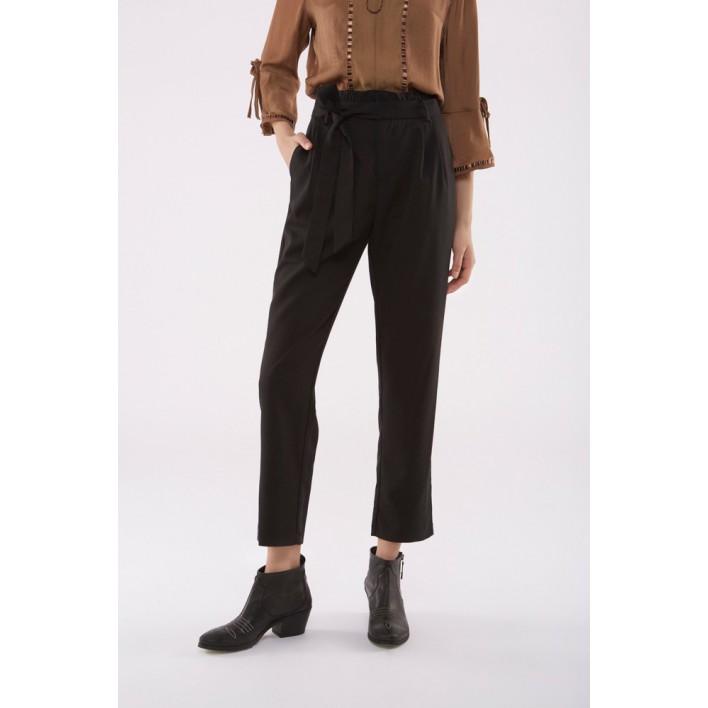 Pantalón negro cintura alta volantes y lazada