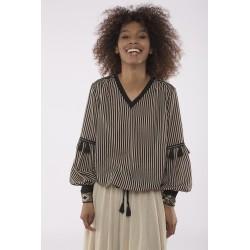 Blusa rayas con borlas y apliques puños