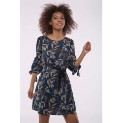 Vestido con lazada cintura y estampado hojas con fondo azul