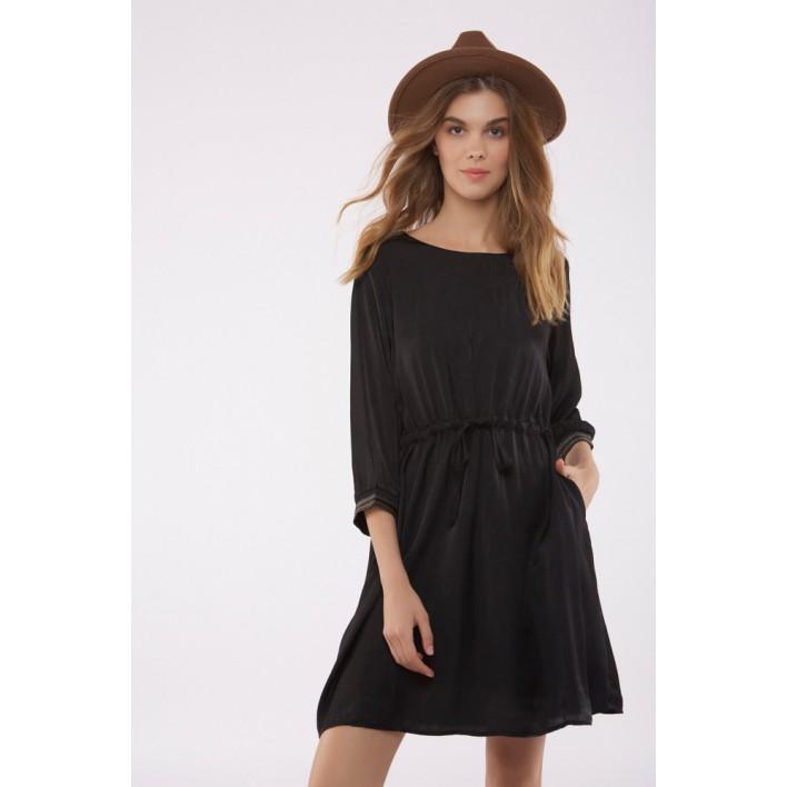 Vestido negro manga tres cuartos ajustado en cintura mediante lazada