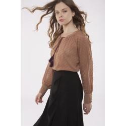 Blusa plumetti en tono marrón claro con lazada en escote y borlas