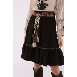 Falda negra con volante en bajo y detalle costura contraste