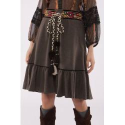 Falda marrón con volante en bajo y detalle costura contraste