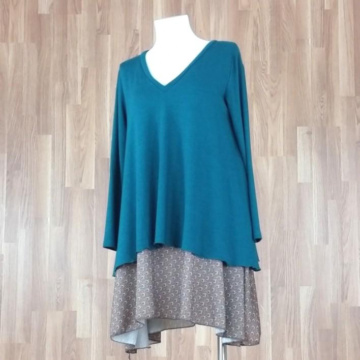 Vestido cuello pico doble capa combinado punto liso verde + estampado soles verde