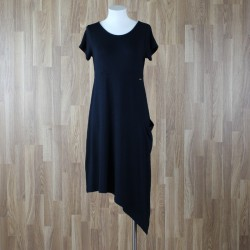 Vestido manga corta con bajo asimétrico negro